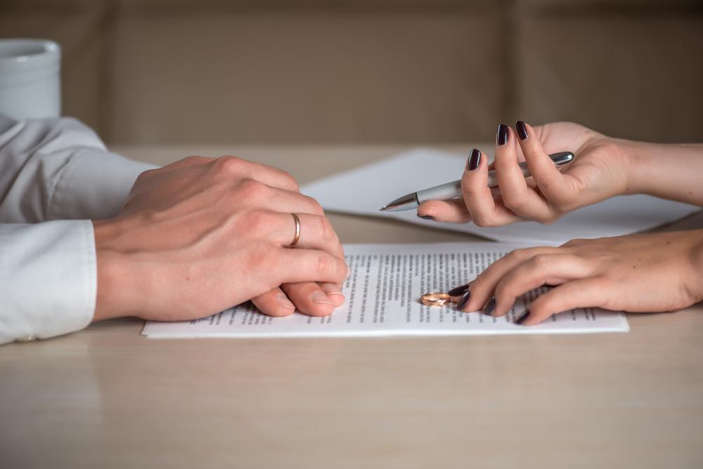 Cầm tờ đơn li hôn của vợ trên tay, chồng bất ngờ vì lí do